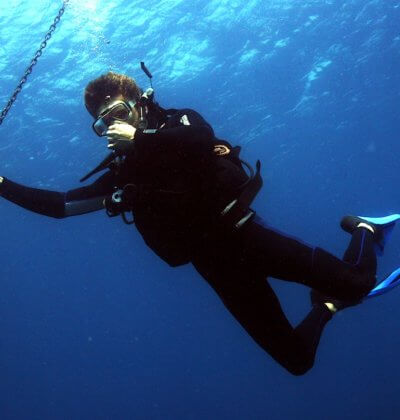 diver-equalizing-ears