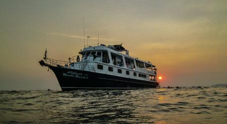 Manta Queen 1 Boat Dusk Aussie Divers